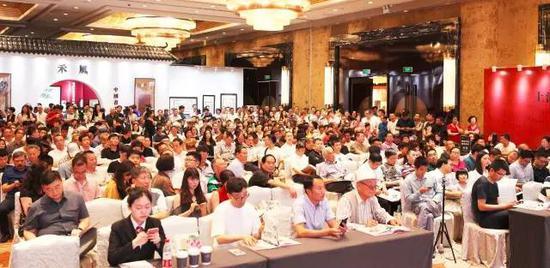上海嘉禾2017春拍现场人气火爆