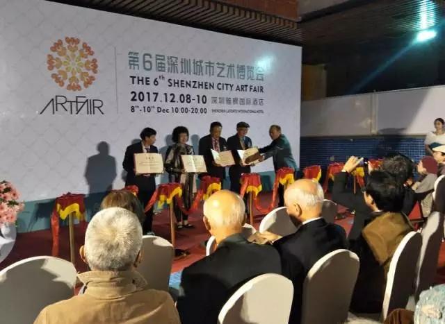 AIC艺术(国际)投资精英汇执行董事甘智瑜先生,为AIC收藏顾问颁发聘书