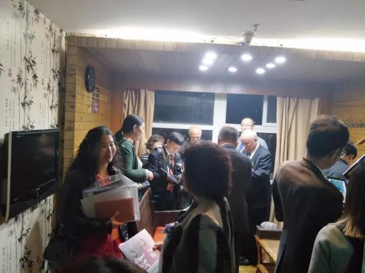 展商与嘉宾和藏家交流