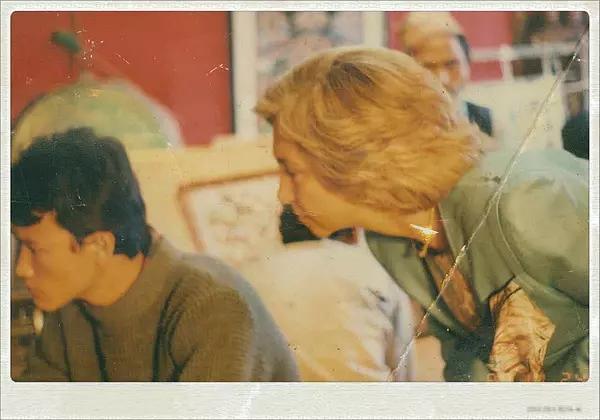 1986年伊丽莎白女王访尼泊尔于巴德岗现场观看TasiLama作画